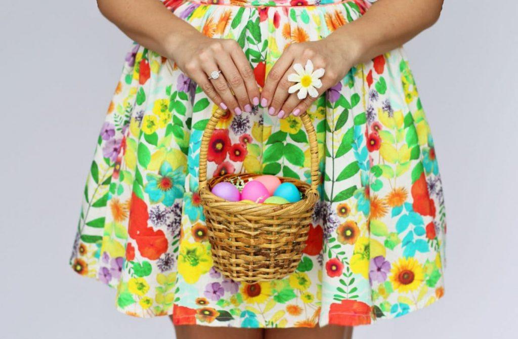 cesta con huevos de pascua de colores